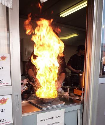 『麺家うえだ・サイロック軍団』@お台場ラーメンPARK 焦がし調理中2
