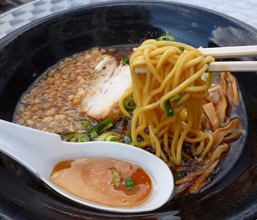 『麺家うえだ・サイロック軍団』@お台場ラーメンPARK 「焦がし醤油らーめん」麺リフト