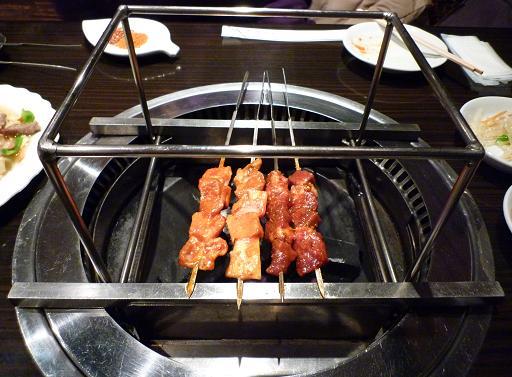『和龍園』 卓上焼き台で焼かれる串達2