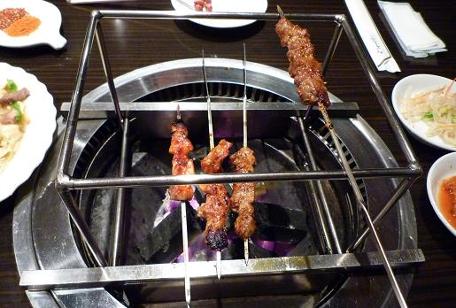 『和龍園』 卓上焼き台で焼かれる串達3