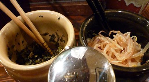『ラーメン 龍の家 新宿小滝橋通り店』 着席すると出される高菜とピリ辛もやし