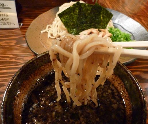 『ラーメン 龍の家 新宿小滝橋通り店』 つけ麺もつ(麺リフト)