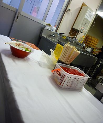 『楽々×こてつ』@お台場ラーメンPARK (厨房脇に設置された飲食席・3席)