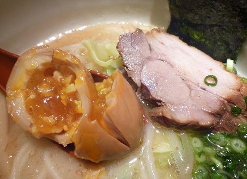 『我武者羅』 半熟味玉の断面図とチャーシューアップ
