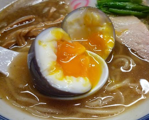 『麺や ポツリ』 味玉赤ワイン風味(断面図)