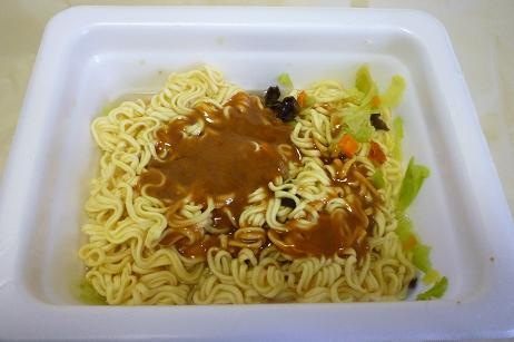 マルチャン「あんかけ風やきそば弁当」湯きり後、あんかけ用スープをかけた図