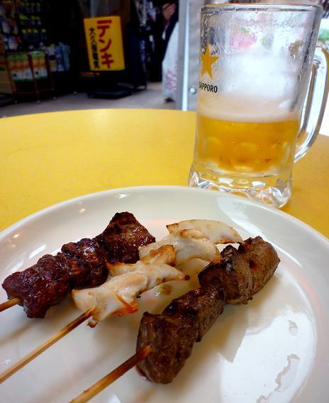 『肉の大山(立ち呑みスペース)』 生ビールともつ焼き3本