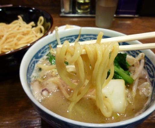 『トナリ 丸の内店』 タンつけ(麺リフト)