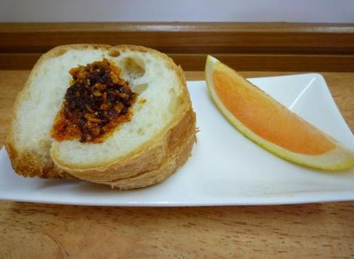 『波(シー)』 オー麺(食べるラー油がかかったパンと、グレープフルーツ)