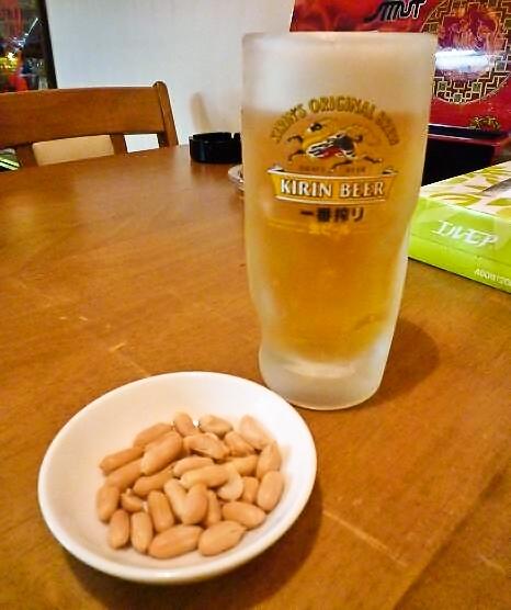 『中華料理 龍鳳軒』 生ビールとお通しのピーナッツ