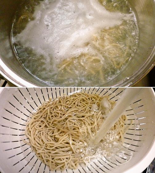 手打ち蕎麦を茹で、冷水で〆る