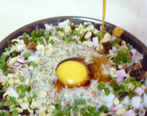 手打ち蕎麦で作る「納豆月見蕎麦」に、自家製めんつゆをかける