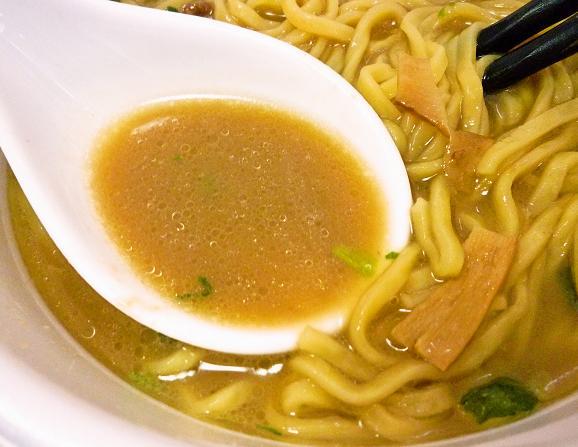 日清「太麺堂々 濃厚煮出し豚骨醤油」 スープ
