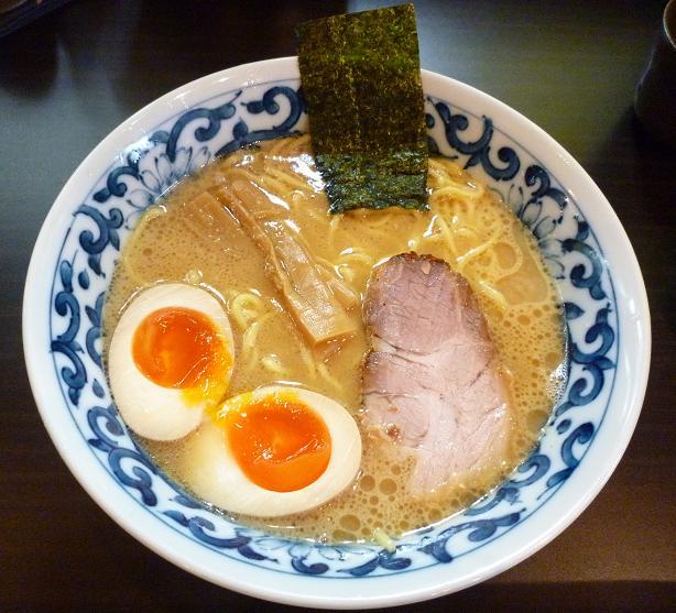 『九段 斑鳩』 煮玉子らー麺(750円)