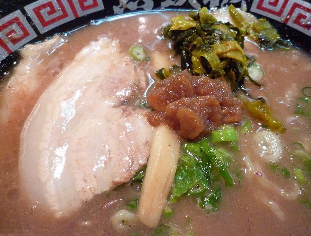 『無鉄砲 中野店』 とんこつラーメン(トッピングと、激辛高菜・にんにくしょうゆを載せた図