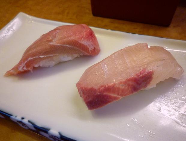 『奴寿司』 中トロとカンパチ(「おまかせ」の一皿め)