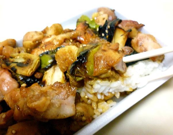 『鳥新』 テイクアウトの「やきとり弁当」(鶏と御飯リフト)