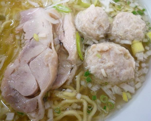 『光らーめん』 ら~めん(塩) + 軟骨つくね団子 (鶏チャーシューとつくねのアップ)