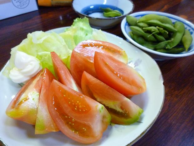 『たかはし もつ焼き店』 トマト(300円)と、お通しとして出された枝豆(400円?)