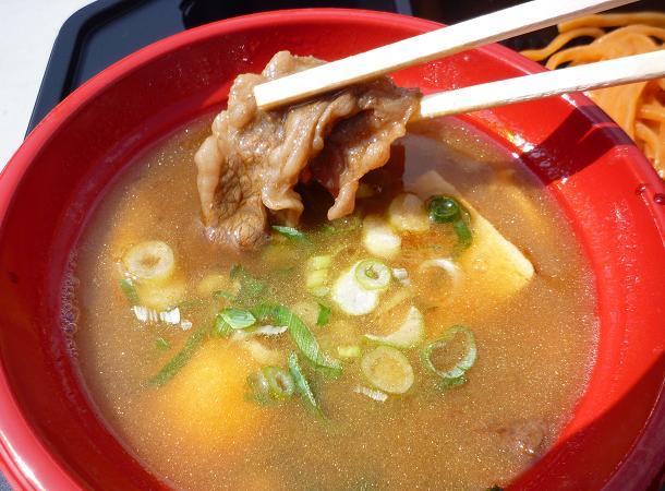 『魚雷@大つけ麺博2010秋』 信州牛つけそば牛雷ウォーカー(女子盛) つけ汁に入った信州牛