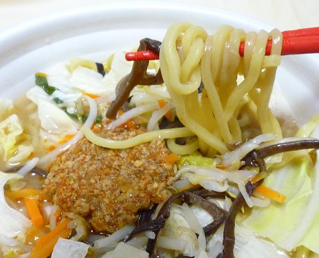 「三強タッグ ピリ辛濃厚豚骨タンメン」(セブンイレブン) 麺リフト