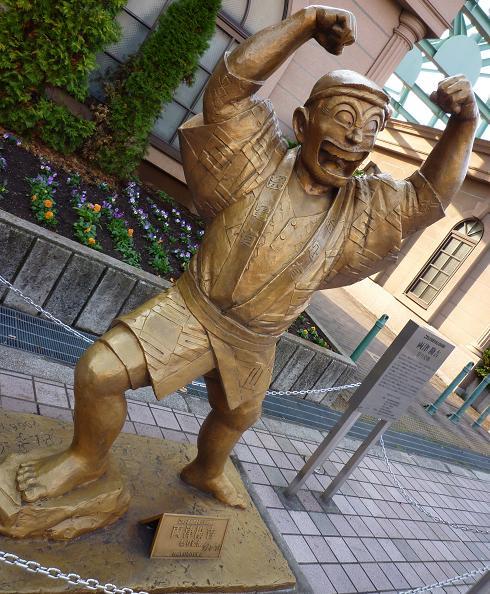 亀有駅南口の両さん像