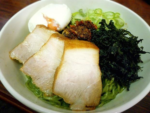 ワカメ練りこみ麺で作る「食べるラー油と岩海苔のまぜそば」