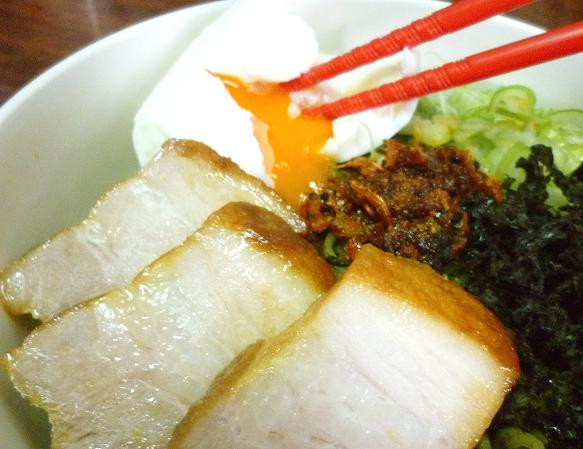 ワカメ練りこみ麺で作る「食べるラー油と岩海苔のまぜそば」の半熟玉子を割ってみた