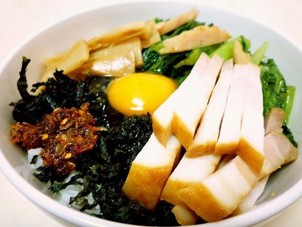 旬の小松菜が載った「チャーシュー丼」