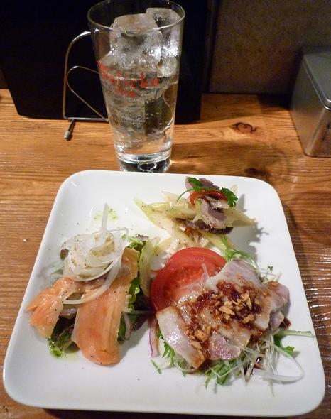 『日月飯店 Kamezo』 「気まぐれ前菜盛り合わせ」と「チューハイ(350円)」