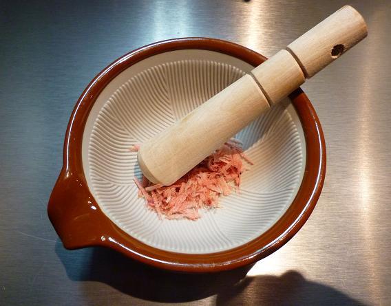 『焼麺 つるぎ(劔)』 焼麺に付く鰹節と小すり鉢