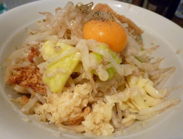 『麺処 MAZERU』 まぜそば(塩)+ヤサイ・ニンニク・チーズ(裏側から)