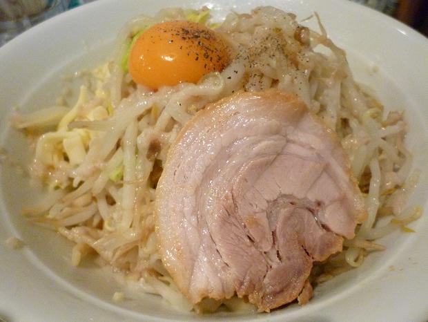 『麺処 MAZERU』 まぜそば(塩)+ヤサイ・ニンニク・チーズ(チャーシュー側から)