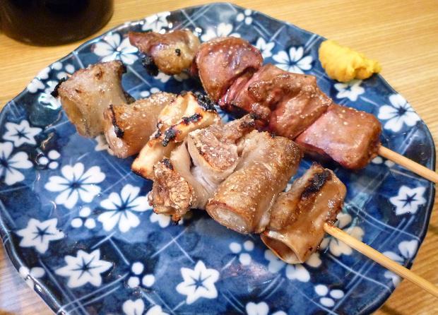 『こまどり』 (手前から)豚ナンコツ(1本130円・塩で)、とりレバー(1本120円・塩で)