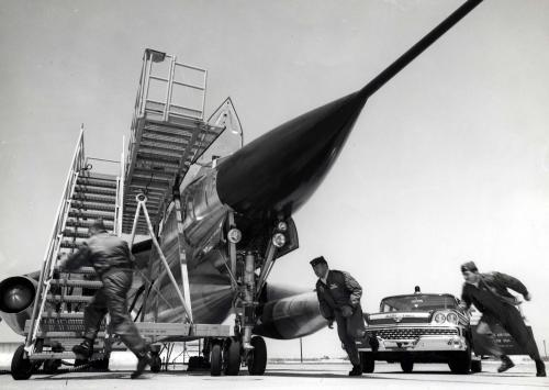 Convair_B-58A_Hustler_crew_scramble_061101-F-1234P-023_convert_20111217230404.jpg