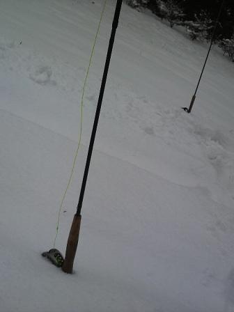 雪の中に立つ竿