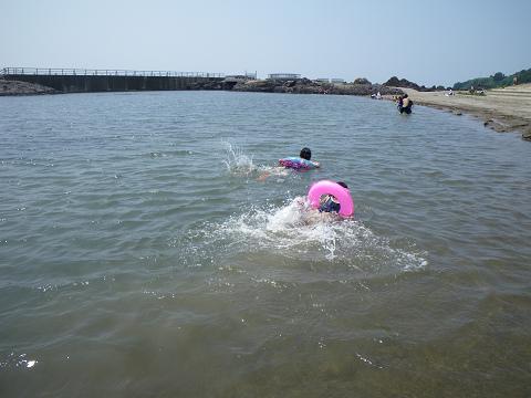 浮き輪で泳ぐ