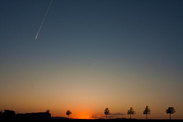 飛行機雲とメルヘンの丘
