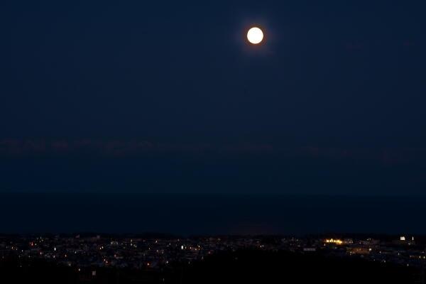 月と海と街