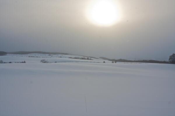 雪雲の中から太陽が