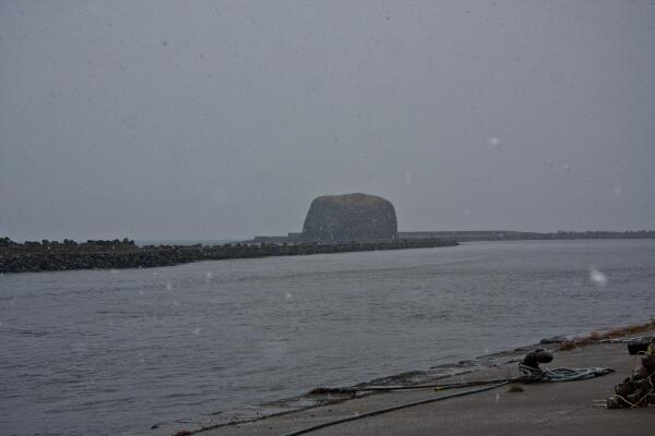 雪の降る海