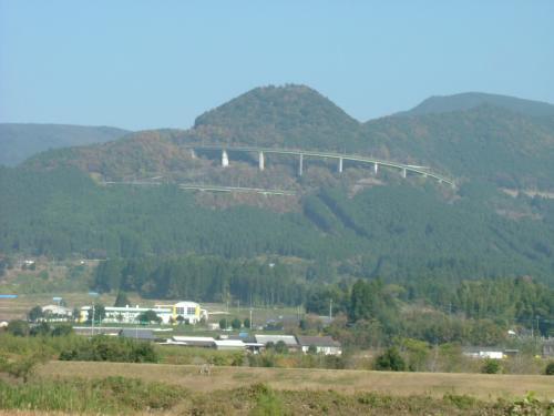 えびの市郊外、山に見えるのはループ橋