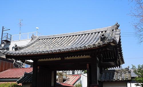 東門の瓦屋根