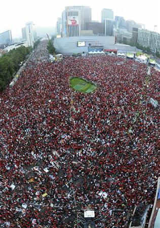 パブリック・ビューイング会場で盛り上がる韓国のサポーター=23日、ソウル市内