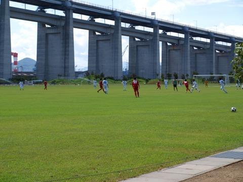 橋のたもとのサッカー少年(2011.08.06)