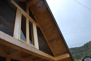 小屋上の窓
