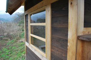 小屋 左の窓