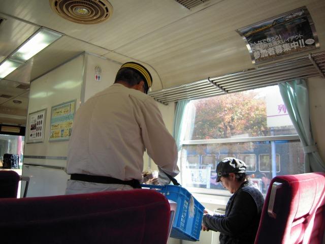 神戸駅停車中の光景(売り子は「ふるさと駅長」さん)