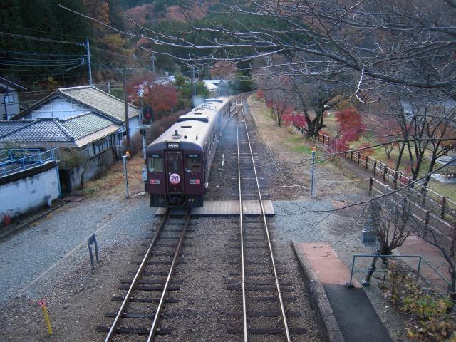 沢入駅にて、上り列車を見送る