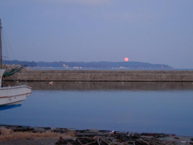 鴨川漁港?近くにて月を